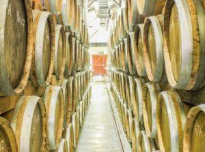Rotwein im Weinkeller in Südafrika
